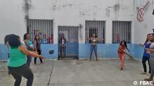 Im APAC der brasilianischen Stadt Piracicaba treiben Insassinnen Sport im Innenhof. Copyright: FBAC