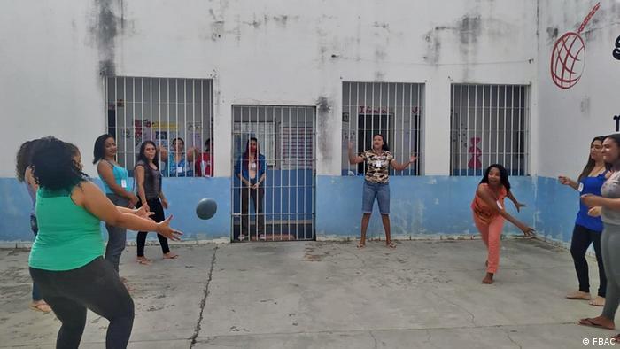 Mulheres jogam bola em pátio de presídio