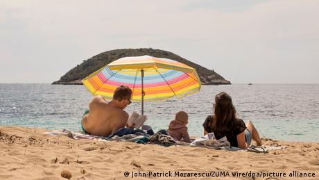 DW: Κούρσα Covid free νησιών στη Μεσόγειο για τουρίστες