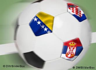 Ein Ball mit Wappen von Bosnien, Serbien und Kroatien (Foto: DW/Bilderbox)