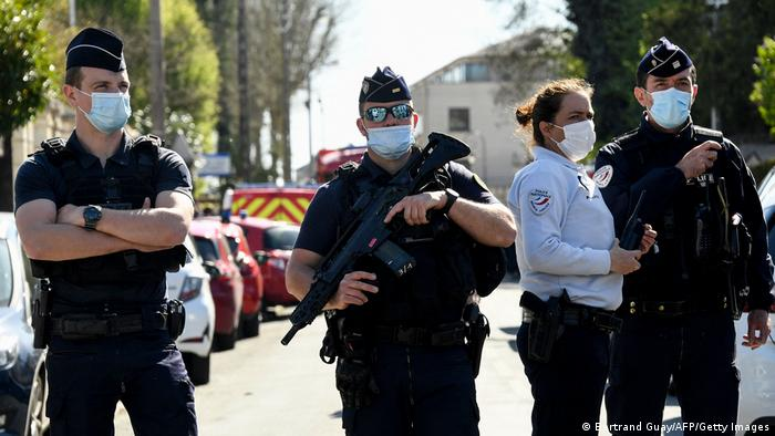 Frankreich | tötliche Messerattacke auf Polizistin in Rambouillet