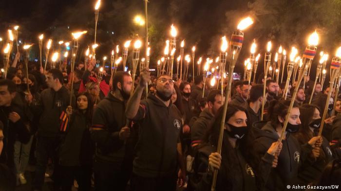 Участники факельного шествия памяти жертв геноцида армян в Османской империи, 23 апреля 2021 года