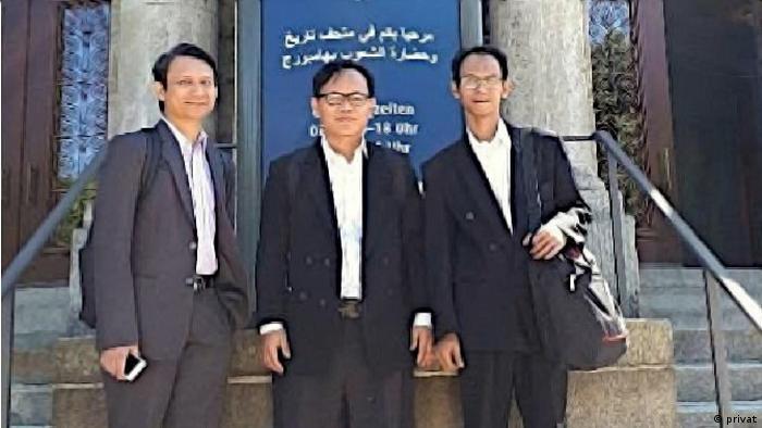 Bersama peneliti Badan Litbang dan Diklat Kementerian Agama, Asep Saefullah (kanan) dan Diplomat KJRI Hamburg, Tommy (kiri) di depan Museum Hamburg, Mei 2018