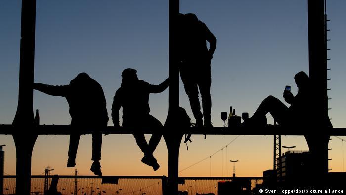 A medida que se asientan las más cálidas temperaturas que trae la primavera, cada vez más gente quiere salir a la calle, cansada del duro y largo invierno alemán, como estos jóvenes que se encontraron en Múnich para ver el atardecer. Sin embargo, la policía les pidió que dejaran el lugar, ya que entró en vigor una nueva ley que restringe este tipo de encuentros y hasta impone toques de queda.