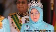 31/01/2019 - The incoming 16th King of Malaysia, the sixth Sultan of Pahang, Al-Sultan Abdullah Ri'ayatuddin Al-Mustafa Billah Shah Ibni Sultan Ahmad Shah Al-Musta'in Billah, salutes beside Queen Tunku Hajah Azizah Aminah Maimunah Iskandariah binti Al-Marhum Al-Mutawakkil Alallah Sultan Iskandar Al-Haj, while Malaysia's Prime Minister Mahathir Mohamad (C) observes during the welcoming ceremony at the Parliament House in Kuala Lumpur on January 31, 2019. (Photo by MOHD RASFAN / AFP) (Photo credit should read MOHD RASFAN/AFP via Getty Images)