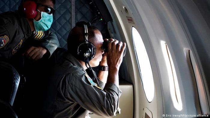 Militar olha pela janela de aeronave
