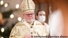 Kardinal Reinhard Marx zelebriert die Christmette in der Frauenkirche (Liebfrauendom). Aufgrund von Infektionsschutzauflagen dürfen nur wenige Menschen den Gottesdienst besuchen und auf das Singen muss verzichtet werden.