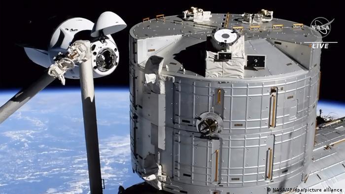 La cápsula Crew Dragon Endeavour, de SpaceX, se acopló este sábado (24.04.2021) a la Estación Espacial Internacional (ISS), según las imágenes difundidas en directo por la NASA. La cápsula lleva a la tercera tripulación enviada a la ISS por SpaceX, como parte del contrato multimillonario que la NASA firmó con la compañía de Elon Musk (24.04.2021).