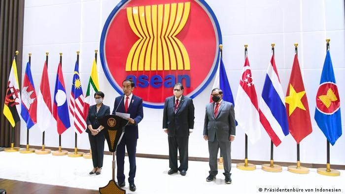 En un comunicado consensuado tras una reunión sobre la crisis birmana celebrada en Yakarta, los miembros del bloque, incluido Birmania, acordaron cinco puntos entre los que se encuentra un cese inmediato de la violencia y un dialogo constructivo entre todas las partes para buscar una solución pacífica, con la mediación de la Asean (24.04.2021).