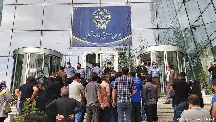 小投资者在德黑兰证券交易所外抗议