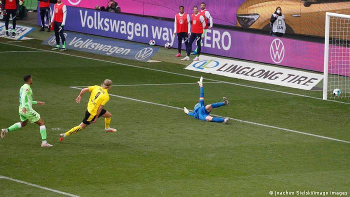 النرويجي إيرلينغ هالاند سجل هدفي فوز دورتموند على فولفسبورغ في الجولة 31 من البوندسليغا