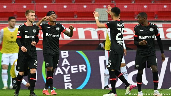لاعبو ليفركوزن يتبادلون التهاني بعدما سجل بايلي الهدف الأول لبايرليفركوزن في مرمى فرانكفورت