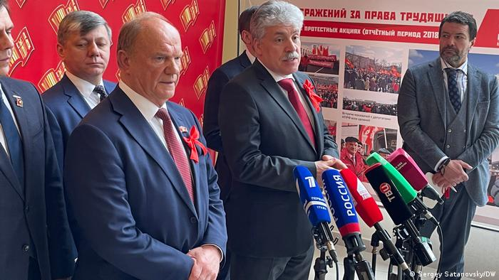 Russian Communist Party chief Gennady Zyuganov beside Pavel Grudinin at a press conference in April