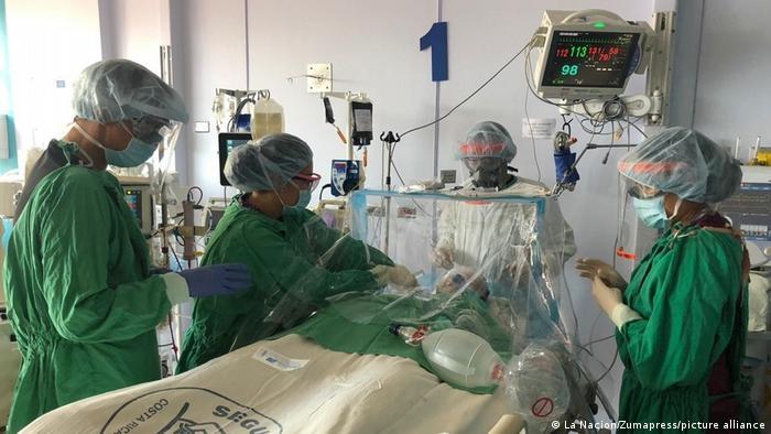 Foto simbólica de personal médico que brinda asistencia en Costa Rica