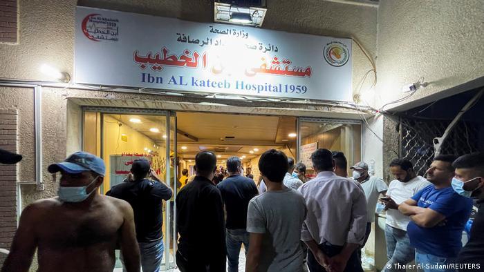 Irak   Menschen versammeln sich im Ibn Khatib Krankenhaus nach einem Brand, der durch eine Explosion eines Sauerstofftanks in Bagdad verursacht wurde