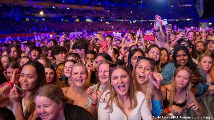 Ovo što vidite je slika sa koncerta, najvećeg masovnog okupljanja - u svetu - od početka pandemije. Normalan život se desio na Novom Zelandu, u Oklandu, a na koncertu grupe Six60 bilo je 50 000 ljudi.