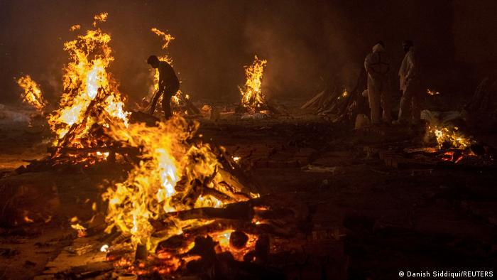 Apokaliptične slike iz Indije: leševi se spaljuju na kolcima, jer krematorijumi više nemaju kapaciteta