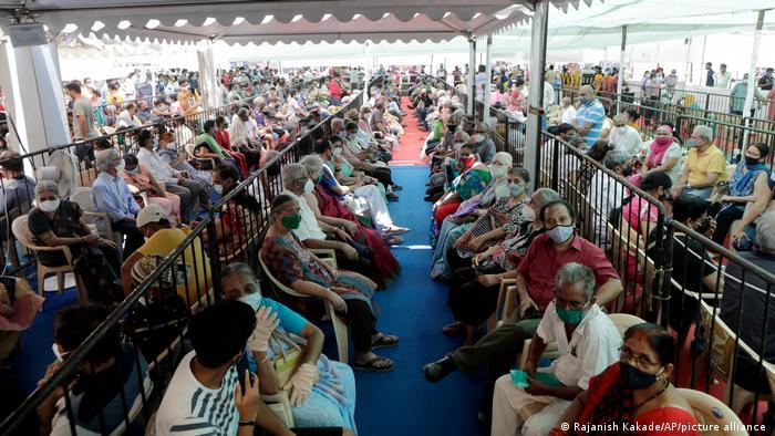 Menschen in einem Impfzentrum in Mumbai