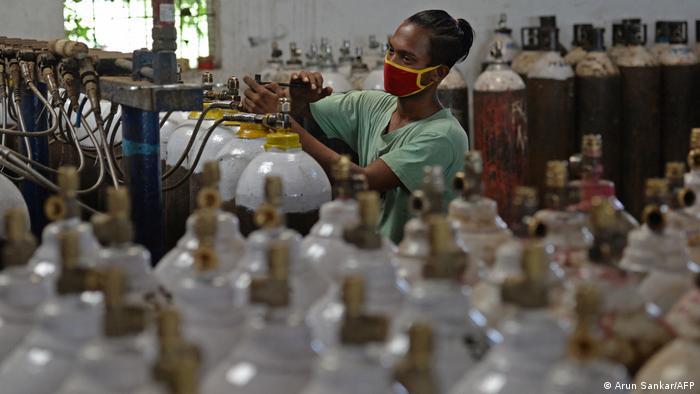 Mengisi tabung oksigen untuk pasien Covid di India