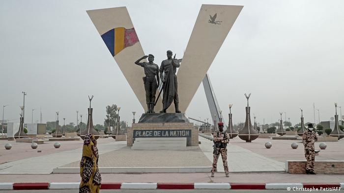 N'djamena: Flagge und Statuen auf dem Place de la Nation
