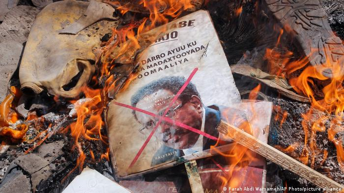 Somalias Präsident brennt - auf einem während der Unruhen in Brand gesteckten Plakat