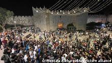 Israel Palästinenser feiern, nachdem sie metallische Barrieren beseitigt haben