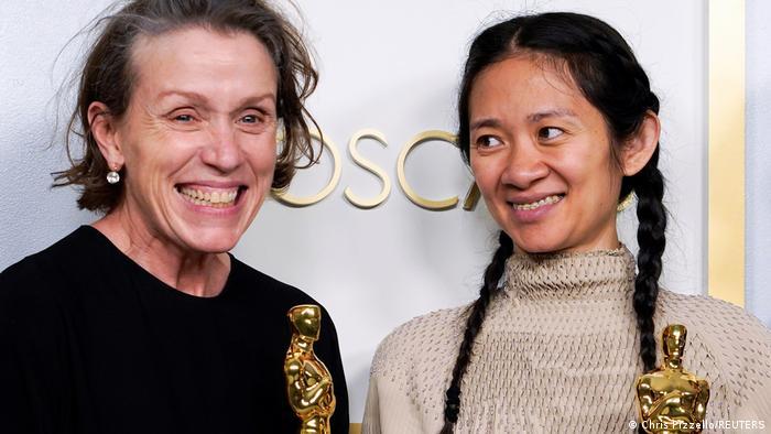 فرانسیس مکدورمند برای نقشآفرینی در فیلم سرزمین خانه به دوشها موفق به دریافت جایزه بهترین هنرپیشه زن شد. مکدورمند در کنار کلوئی ژائو، کارگردان فیلم. هر دو با جایزه اسکار خود در دست، از موفقیت این فیلم در رقابتهای سال جاری اسکار حکایت میکنند.