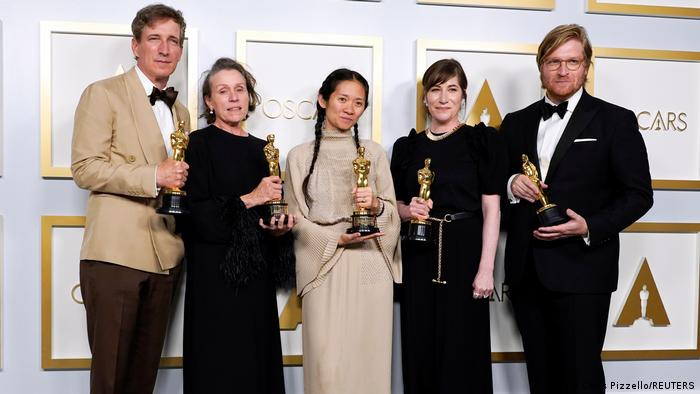 Foto de Peter Spears, Frances McDormand, Chloe Zhao, Mollye Asher y Dan Janvey de Nomadland.