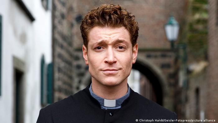 Даниэль Донской в роли мнимого священника в сериале Святой Майк