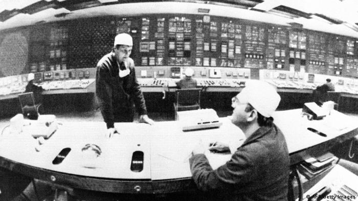 Iunie 1986, tehnicieni în centrul de control al reactorului 1 la centrala nucleară de la Cernobîl