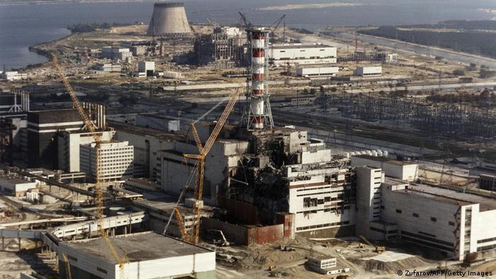 Fotografie datată 26 aprilie 1986 în care se pot observa operaţiuni de reparare la centrala nucleară de la Cernobîl, după explozie