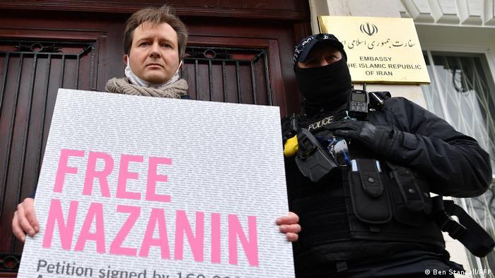 کارزار آزادی نازنین زاغری در بریتانیا. تصویر ریچار راتکلیف، همسر نازنین زاغری را در برابر ساختمان سفارت جمهوری اسلامی در لندن نشان میدهد. هشتم مارس ۲۰۲۱