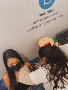 Gabriela Rodríguez Navarrete al recibir su vacuna contra el COVID-19 en la ciudad de Beerseba, en Israel.