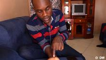 ***ACHTUG: Bild bitte nur im Kontext von The 77 Percent verwenden!*** via Sella Oneko Ugandan opposition supporter shows us scars from his detention. The 77 Percent. Rechte: DW