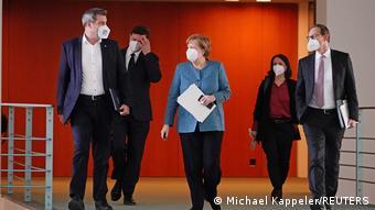 Федеральный канцлер Германии Ангела Меркель перед пресс-конференцией 26 апреля