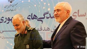 وزير الخارجية الإيراني محمد جواد ظريف مع القائد السابق لفيلق القدس قاسم سليماني (أرشيف)