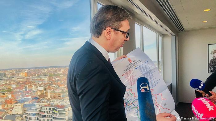 Aleksandar Vučić sa skicom pruge od Beograda do S. Makedonije