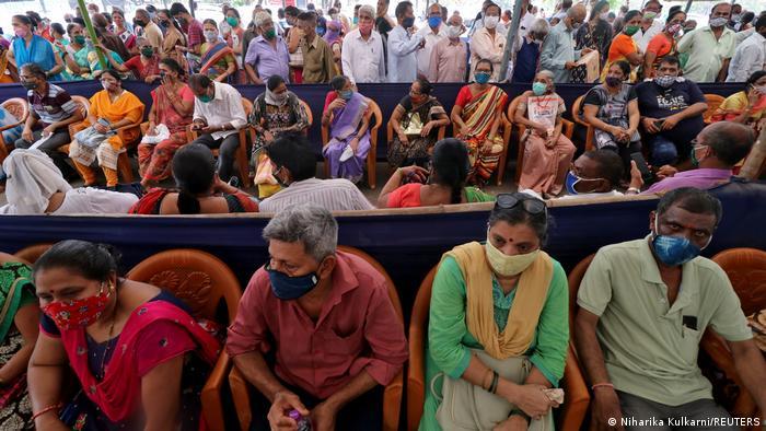 Hindistan'da aşı sırası bekleyen insanlar