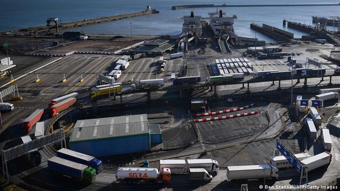 Erkennungszeichen für den Handel zwischen EU und Großbritannien: Jede Menge Lastwagen im Hafen von Dover