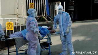 Ασθενείς κορωνοϊού μπροστά από νοσοκομείο