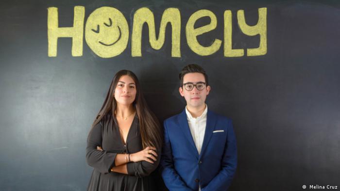 Melina Cruz frente al logo de Homely