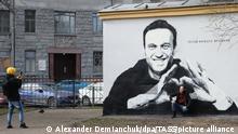 Политик Алексей Навальный на стене дома в Санкт-Петербурге