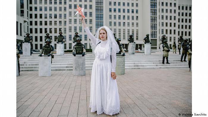Manifestante vestida de noiva em praça em Belarus