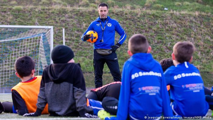 مراهقون في أودنفالد بولاية هيسن الألمانية خلال التدريب على لعبة كرة القدم (17 مارس/ آذار 2021)