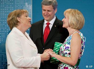Kanadas Regierungschef Stephen Harper und seine Frau mit Bundeskanzlerin Merkel (Foto:AP)
