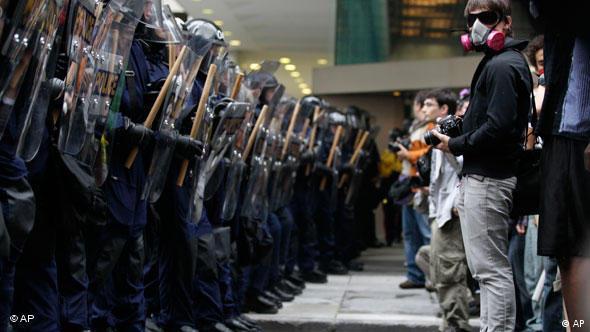 Trotz verstärkter Polizeipräsenz kam es am rande der Veranstaltung zu zahlreichen Protesten (Foto: AP)