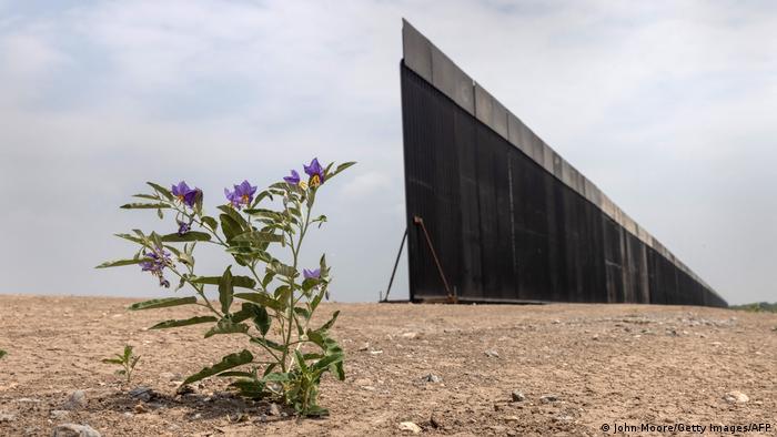 Snimljeno negde na granici između SAD i Meksika. Predsednik Bajden koji danas obeležava 100 dana na vlasti, obećao je da će se ograda završiti - gde god je to moguće.