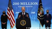 """*** Dieses Bild ist fertig zugeschnitten als Social Media Snack (für Facebook, Twitter, Instagram) im Tableau zu finden: Fach """"Images"""" —> 100 Tage Biden ***28.04.2021***WASHINGTON, DC - APRIL 21: U.S. President Joe Biden (2nd L) delivers remarks on the COVID-19 response and the state of vaccinations as Vice President Kamala Harris (L) and Coronavirus Response Coordinator Jeffrey Zients (R) look on at the South Court Auditorium of Eisenhower Executive Office Building on April 21, 2021 in Washington, DC. As of today, President Biden said the United States has distributed 200 million shots of COVID-19 vaccine. Alex Wong/Getty Images/AFP (Photo by ALEX WONG / GETTY IMAGES NORTH AMERICA / Getty Images via AFP)"""
