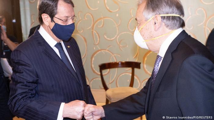 El secretario general de Naciones Unidas (der.), António Guterres, saluda al presidente chipriota Nicos Anastasiades, el martes al inicio de las conversaciones.