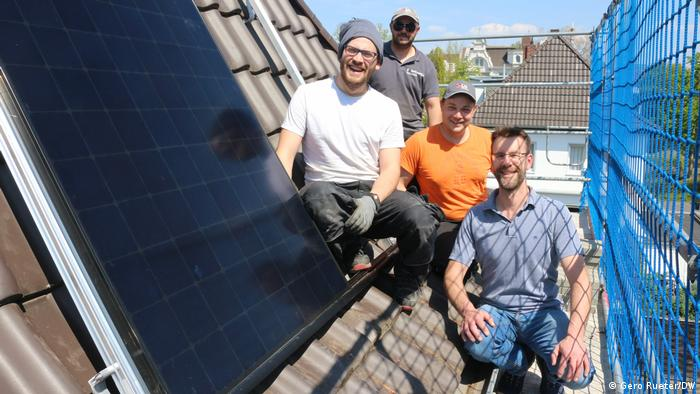 Posao s pogledom: Fabijan Rohas (levo) sa kolegama na krovu prilikom montaže, šef firme Rene Hegel je desno